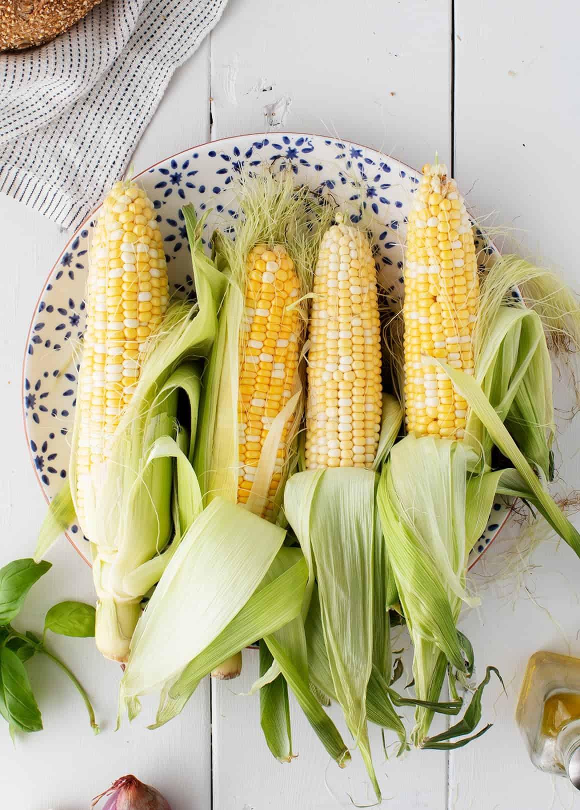 甜玉米和芝麻菜Panzanella