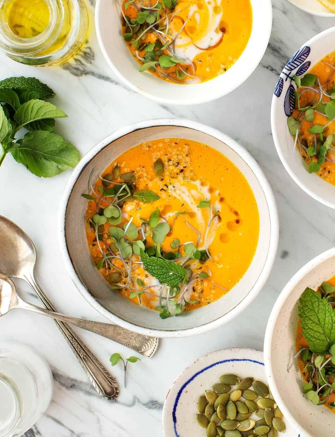 胡萝卜与柠檬草椰西班牙凉菜汤的碗里徳赢vwin捕鱼游戏
