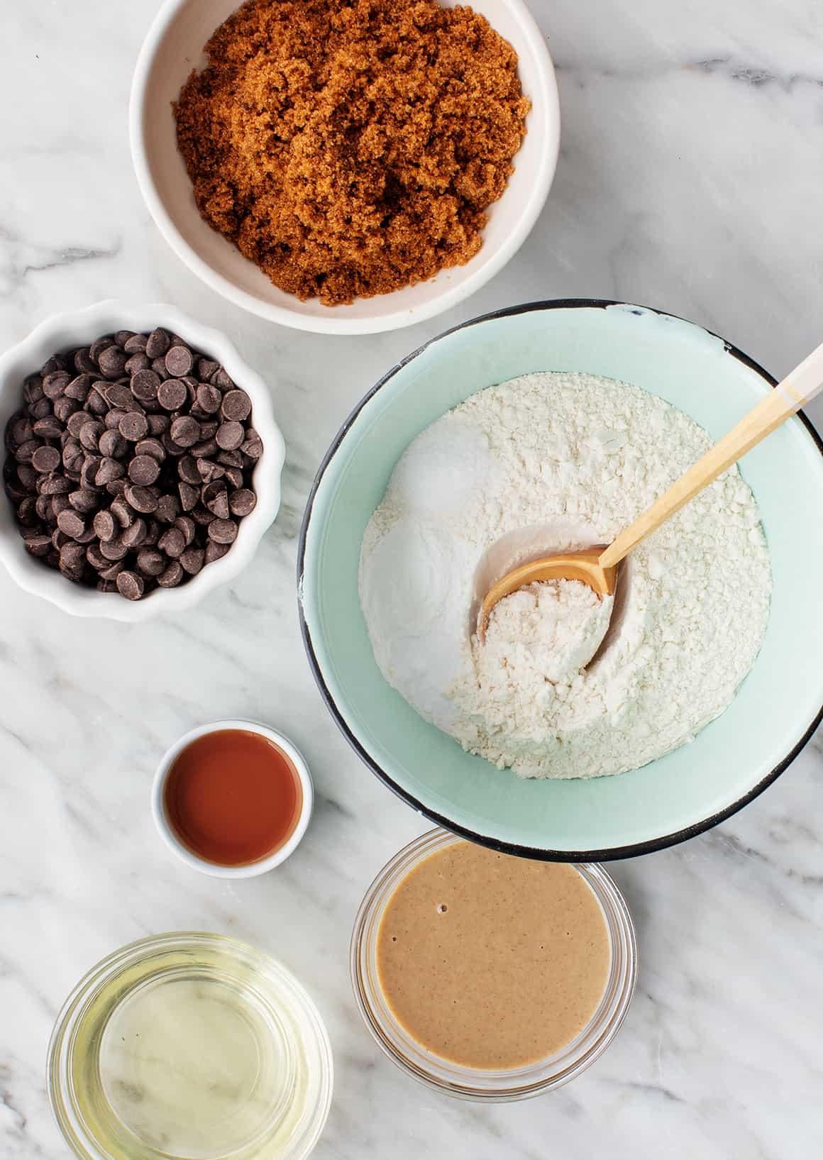 Ingredientes de la receta vegana de galletas con chispas de chocolate