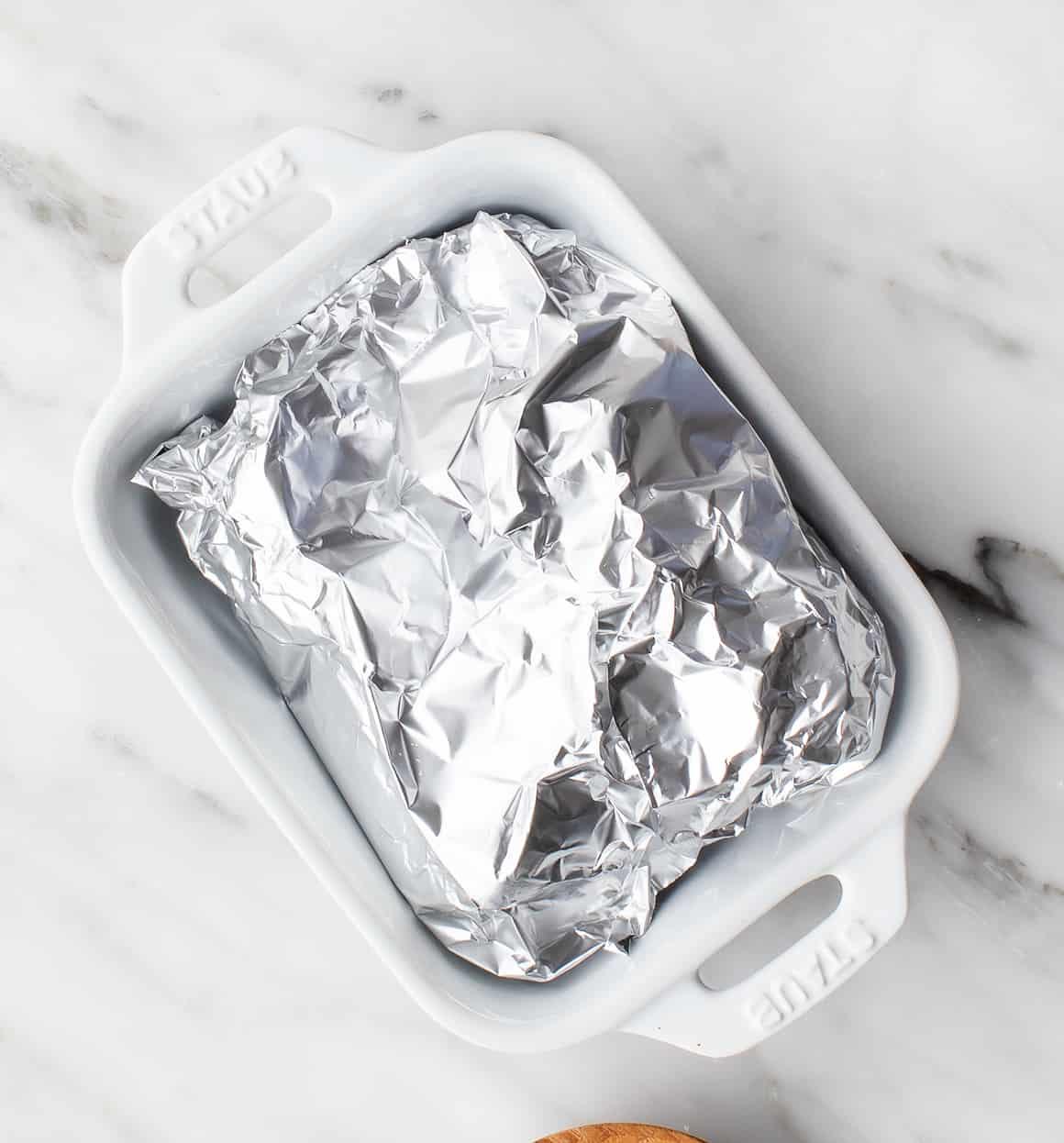 Paquete de papel de aluminio en una fuente para hornear